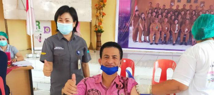 Pegawai Dinas Kominfo Kabupaten Nias Terima Vaksinasi Covid-19 Dosis Pertama